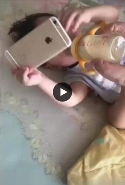Esse bebê arrumou um jeito de não ficar com fome e assistir